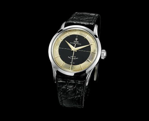 Phiên bản TudorOyster Submarinner 7923 ra đời năm 1955 là dòng duy nhất lên dây cót bằng tay. Đồng hồ được thiết kế phẳng hơn dù khả năng chống nước vẫn được bảo tồn. Cùng ra đời năm này, mẫu 7950 được các nhà sưu tầm đặt cho nick name là Tuxedo bởi thiết kế có hai mảng màu enamel đen và phần đĩa chỉ giờ kim loại ở vòng ngoài. Sự đối lập hai màu đen trắng này giống như trong các bộ Tuxedo là lý do hình thành cái tên của mẫu đồng hồ này.