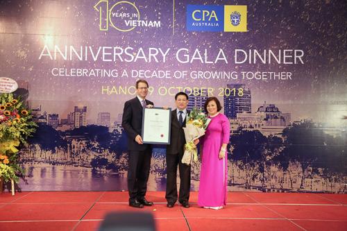 TS Hồ Đức Phớc - Uỷ viên Trung ương Đảng, Tổng Kiểm toán Nhà nước đón nhận chứng chỉ Hội viên danh dự cao cấp từ ông Andrew Hunter Tổng Giám đốc toàn cầu của CPA Australia.