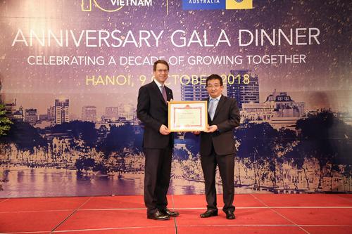 Tổng giám đốc toàn cầu CPA Australia, ông Andrew Hunter nhận bằng khen từ đại diện Bộ Tài chính, ông Vũ Đức Chính - Cục trưởng Cục Quản lý, giám sát Kế toán - Kiểm toán vì những vì những thành tích của CPA Australia trong việc hợp tác, hỗ trợ, phát triển có hiệu quả hoạt động nghề nghiệp kiểm toán, kế toán tại Việt Nam giai đoạn 2008 - 2017.