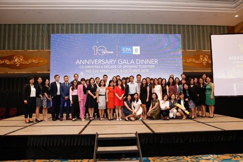 Tại lễ kỷ niệm, ông Andrew Hunter đã trao chứng chỉ cho 95 tân hội viên FCPA và CPA tại TP HCM và Hà Nội.