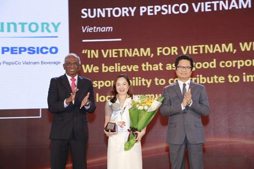 Đại diện Suntory PepsiCo Việt Nam nhận giải Asia HRD Award ở hạng mục Đóng góp cho xã hội
