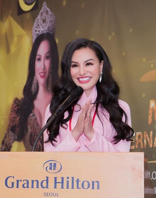 Bà Trần Huyền Nhung - Nữ hoàng sắc đẹp doanh nhân, Trưởng Ban tổ chức phát biểu về cuộc thi trong buổi họp báo tại Seoul, Hàn Quốc. Ảnh: Nhung Tran Media.