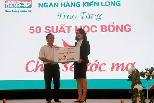 Đại diện ngân hàng Kiên Long trao tặng 50 suất học bổng cho chính quyền địa phương.