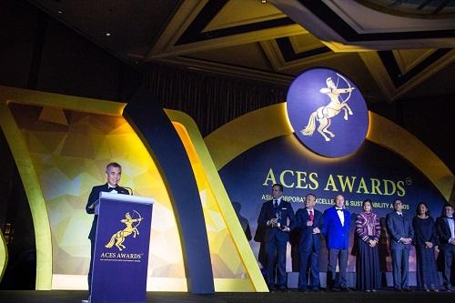 Ông Đinh Bá Thành (trái) nhận giải thưởng Eminent Leaders in Asia tại ACES Awards 2018, Singapore. Ảnh: DatVietVAC