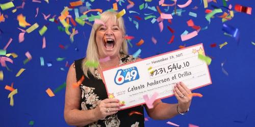 Niềm vui của khách hàng tại Ontario (Canada) khi nhận giải trúng xổ số hơn 230.000 USD. Ảnh: OLG