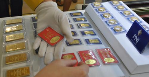 Giao dịch vàng miếng tại Công ty PNJ. Ảnh: Lệ Chi.