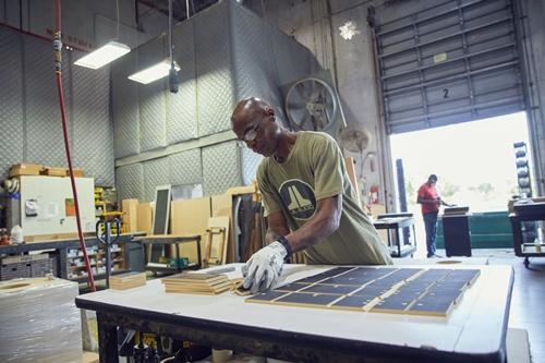 Công nhân JL Audio làm việc tại xưởng gỗ của công ty. Ảnh: WSJ