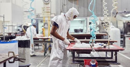 Một công nhân trong nhà máy của JL Audio. Ảnh: WSJ