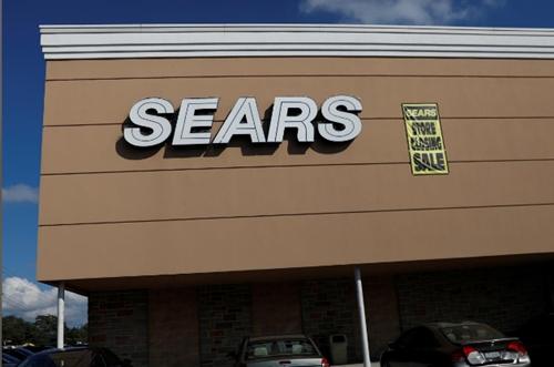 Thông báo ngừng bán hàng tại một cửa hàng của Sears ở New York. Ảnh: Reuters