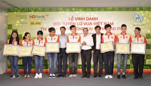 Ông Trần Ngọc Tâm - Tổng giám đốc Nam A Bank (thứ tư từ phải sang) cùng các nhà tài trợ đại diện Liên đoàn Cờ Việt Nam trao bằng khen cho những kỳ thủ có thành tích xuất sắc tại giải vô địch cờ vua Olympiad 2018 vừa qua.