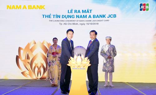 Ông Trần Ngọc Tâm - Tổng giám đốc Nam A Bank và ông Tomoaki Yamaguchi - Trưởng đại diện Tổ chức thẻ quốc tế JCB cùng thực hiện nghi thức ra mắt thẻ tín dụng Nam A Bank JCB.