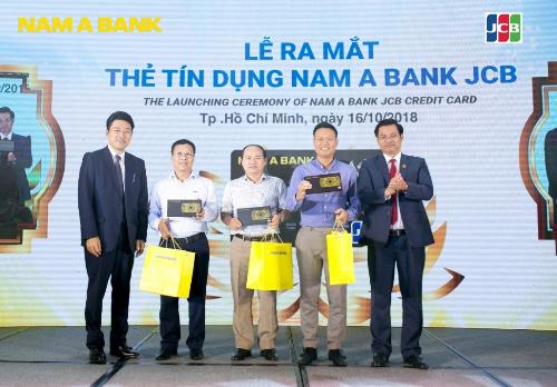 Những khách hàng đầu tiên được sở hữu chiếc thẻ tín dụng Nam A Bank JCB Platinum. Thông tin chi tiết: hotline 19006679 hoặc đến các điểm giao dịch Nam A Bank gần nhất.