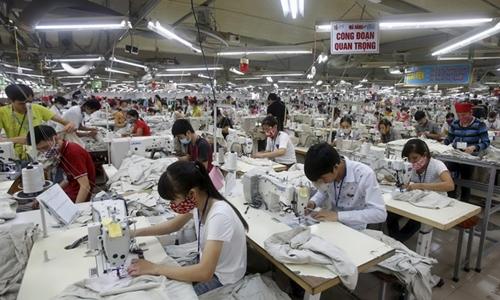 Công nhân trong một nhà máy may tại Việt Nam. Ảnh: Reuters