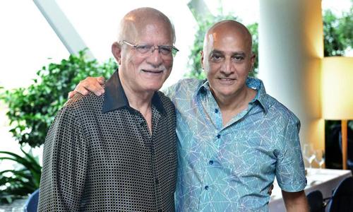 Chủ tịch Tolaram - Mohan Vaswani (trái) cùng cháu trai hiện là CEO doanh nghiệp này. Ảnh: Bloomberg