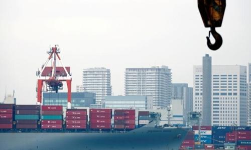 Tàu chở hàng tại một cảng biển ở Tokyo. Ảnh: Reuters