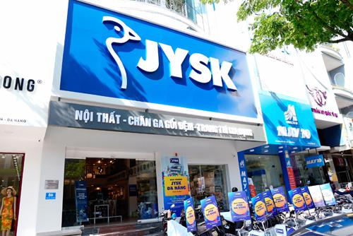 Cửa hàng của thương hiệu nội thất Đan Mạch - JYSK - nổi bật trên đường Nguyễn Văn Linh, trung tâm thành phố Đà Nẵng.
