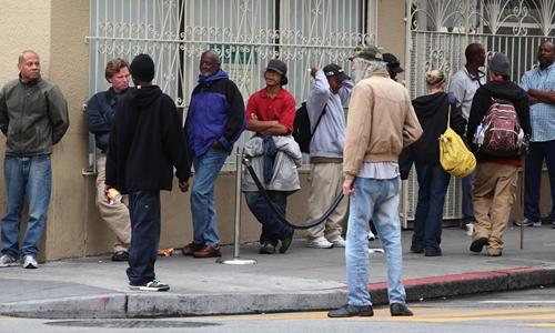 Người dân xếp hàng chờ nhận đồ ăn tại San Francisco. Ảnh: AFP