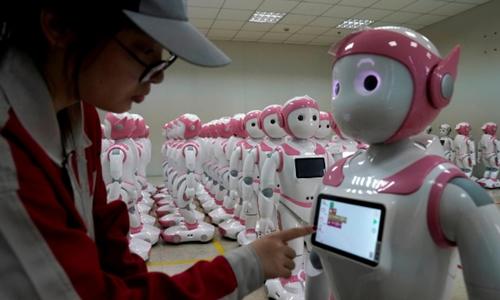Công nhân Trung Quốc làm việc trong một nhà máy ở Giang Tô. Ảnh: Reuters