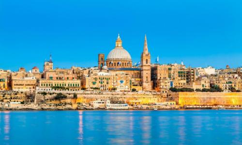 Malta có nhiều công trình nghỉ dưỡng cao cấp, sang trọng với các hải cảng neo đậu du thuyền trị giá hàng triệu euro.
