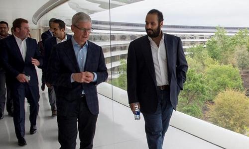 CEO Apple - Tim Cook (trái) và Thái tử Saudi Arabia - Mohammed bin Salman. Ảnh: AFP