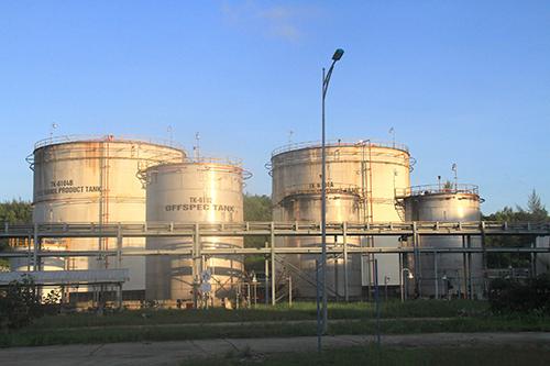 Sản phẩm E100 tồn chứa trong các bồn chứa công nghệ.