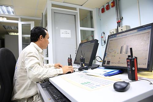 Kỹ sư vận hành phòng điều khiển nhà máy chính của Nhiên liệu Sinh học Dung Quất.