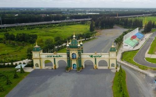 Cổng vào dự án Happyland tại Bến Lức (Long An), ảnh chụp tháng 8/2017. Ảnh: Quỳnh Trần.