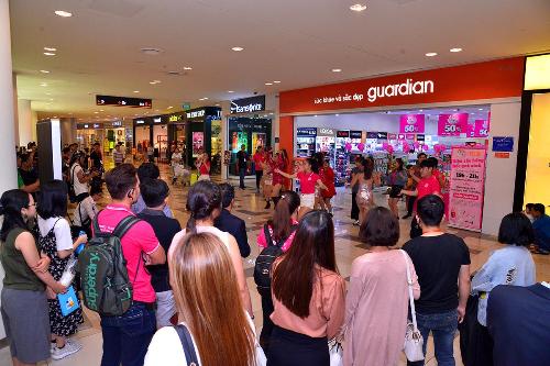 Vũ điệu flashmob Thích thì MoMo thôi! thu hút sự quan tâm của đông đảo khách tham quan mua sắm tại trung tâm thương mại.