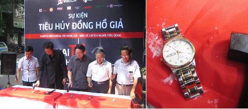 Các đại biểu đập nát đồng hồ nháitại sự kiện Tiêu hủy đồng hồ giả.