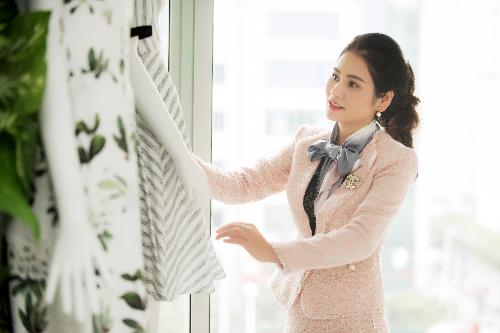 Mặc dù bận rộn điều hành công ty nhưng Hà Bùi vẫn trực tiếp tham gia vào việc thiết kế, sản xuất từng sản phẩm.