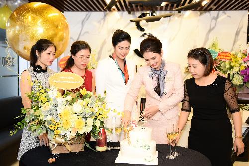 Hoa hậu Ngọc Hân và các nhân viên cùng chúc mừng doanh nhân Hà Bùi nhân dịp Sohee tròn 5 tuổi.
