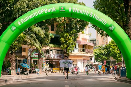 Tại VPBank, những cán bộ lãnh đạo, quản lý luôn là người đi đầu trong các phong trào nội bộ. Trong hình ông Đào Gia Hưng, Phó giám đốc Khối SME tham gia chạy cự ly 42 km. Vị chủ tịch nổi tiếng của câu lạc bộ VPIron này từng chinh phục Ironman tại Đà Nẵng.