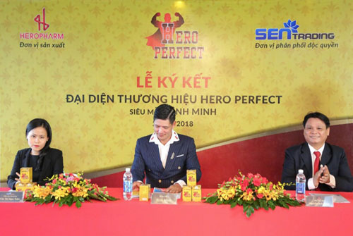 Tại buổi lễ ký kết đại diện thương hiệu Hero Perfect có bà Trần Thị Ngọc Trâm - Giám đốc Marketing Công ty cổ phần Sen Trading, siêu mẫu Bình Minh và ông Nguyễn Anh Hùng Tổng giám đốc Công ty cổ phần Dược Phẩm Đông Dược 5 (HeroPharm).