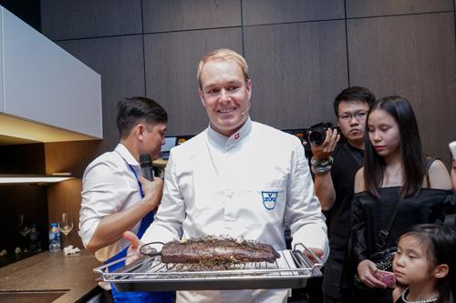 Chuyên gia ẩm thực - Bếp trưởng Roman Wüthrich giới thiệu thiết bị bếp V-ZUG và trình diễn.