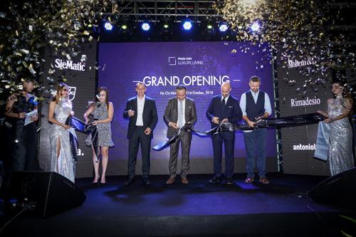 Đại diện các nhãn hàng và CEO Phan Anh Luxury Living cắt băng khánh thành.