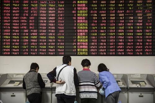 Nhà đầu tư Trung Quốc tại một công ty môi giới ở Thượng Hải. Ảnh: Bloomberg