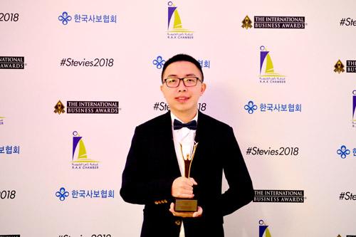 Ông Phạm Tuấn Anh - Phó giám đốc Trung tâm nghiên cứu OCS - VTeck đại diện Viettel nhận giải thưởng Stevies 2018. Ảnh: Viettel.