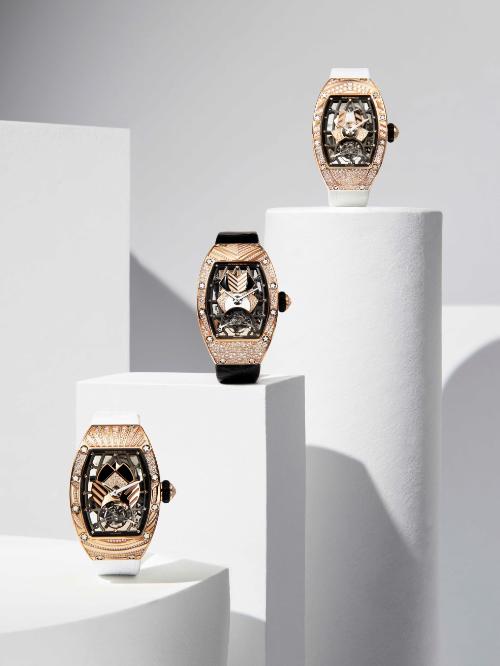 Bộ sưu tập lần này bao gồm tổng cộng mười phiên bản khác nhau cho phần vỏ và mặt đồng hồ nhăm tôn vinh bộ máy lộ cơ bằng việc tạo ra những set kim cương và đá quý có một không hai.