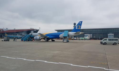 Dòng máy bay phản lực loại nhỏ bao gồm E190-E2 tại buổi bay trình diễn vòng quanh Hà Nội hôm 18/10.