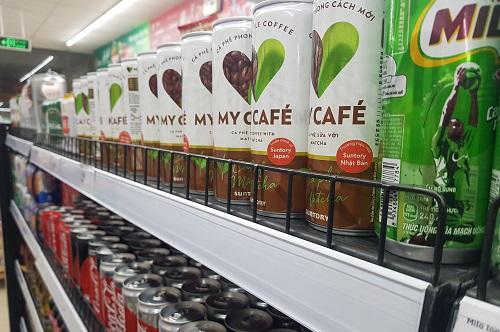 Cà phê lon, được xếp chung kệ với nước ngọt có ga và nước tăng lực, tại một siêu thị trên đường Cầu Giấy, Hà Nội. Ảnh: Minh Sơn