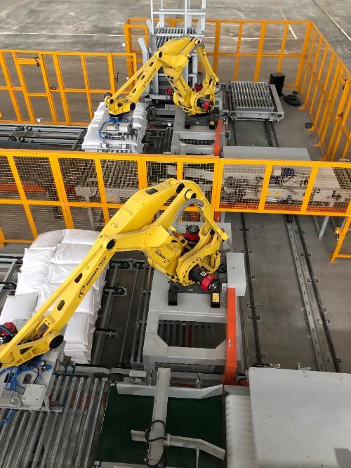 Hệ thống robot tự động trong quy trình sản xuất.