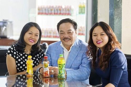Ông Trần Quí Thanh - Tổng giám đốc Tân Hiệp Phát và hai con gái Trần Uyên Phương, Trần Ngọc Bích.