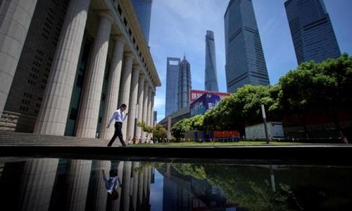 Một nhân viên làm việc tại quận tài chính Lujiazui ở Phố Đông (Thượng Hải). Ảnh: Reuters