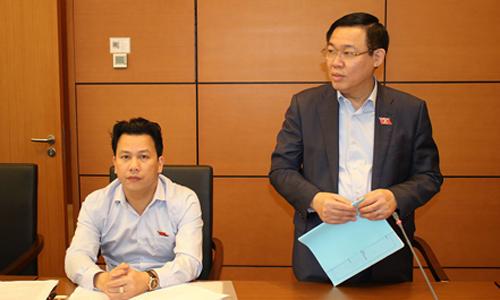 Phó thủ tướng Vương Đình Huệ chia sẻ với đại biểu Quốc hội tại phiên thảo luận ở tổ. Ảnh: PV