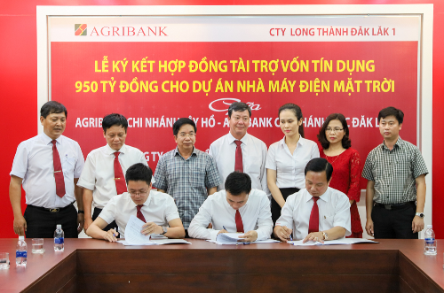 Các đại diện từ Agribank và Công ty Đầu tư Long Thành Đắk Lắk 1 ký kết hợp đồng tài trợ