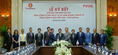 Lễ ký biên bản ghi nhớ hợp tác triển khai hệ thống trạm sạc và thuê pin cho xe máy điện thông minh, ô tô điện giữa VinFast và PV Oil.
