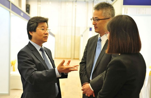 Ông Đỗ Nhất Hoàng tham quan sự kiện và trao đổi với đại diện Ban Tổ chức của VietinBank và MUFG