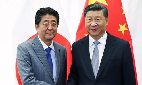 Thủ tướng Nhật - Shinzo Abe (trái) và Chủ tịch Trung Quốc - Tập Cận Bình. Ảnh: AP
