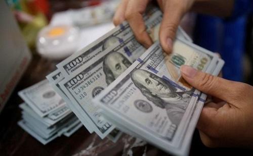 Giao dịch USD tại quầy của một ngân hàng thương mại tại Hà Nội. Ảnh: Reuters