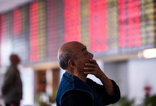 Một nhà đầu tư trên sàn chứng khoán Trung Quốc. Ảnh: Bloomberg